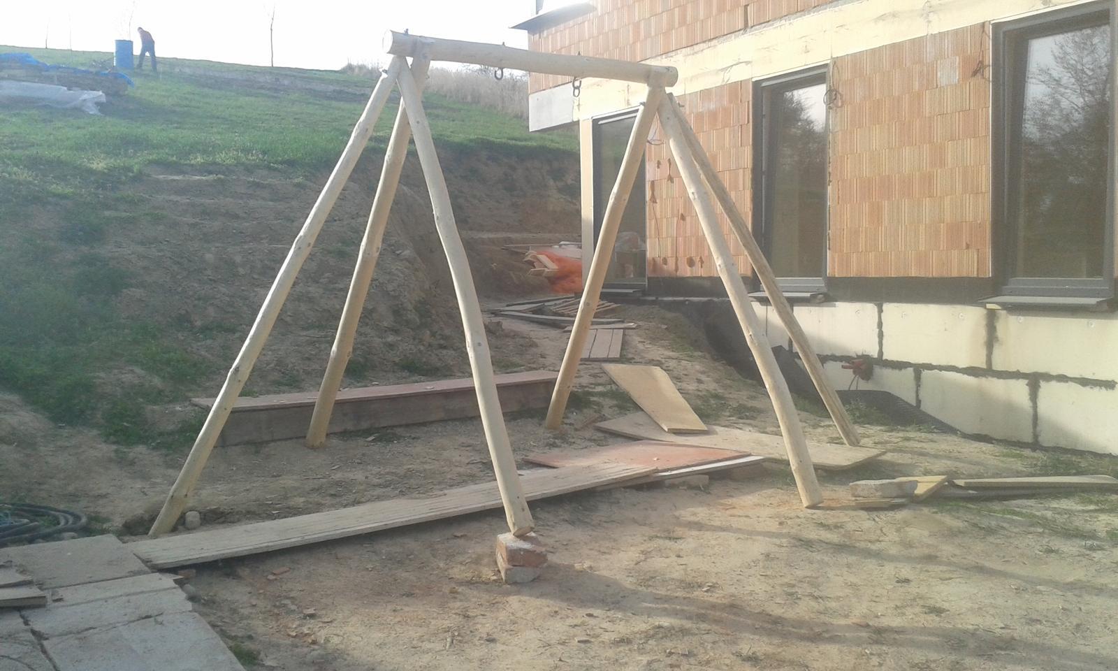 Okolie domu, záhrada - 3.4.2016 - Húpačka pre syna, domáca výroba. Zatiaľ provizórne postavená, treba ju natreť a chcem dorobiť pieskovisko a lozenie. Budem musieť pre ňu spraviť aj rovinku niekde v kopci.