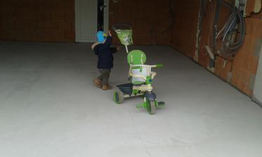 Syn ak oprvý parkoval svoje vozítko na novej podlahe v garáži :-)