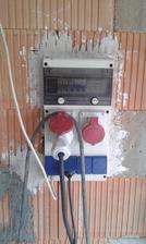 Z elektromerového rozvádzača som premiestnil stavebný rozvádzač do garáže a zapustil som ho mierne do steny