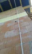 30.4.2016 - Zvody na bleskozvod - poplastovaný AlMgSi drôt som chytal skobami ku stene. Pevnejšie ako holý AlMgSi ktorý je volný v husacom krku a chytený len sadrou.