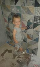 6.8.2016 - Samko pomáha upratovať kúpelňu