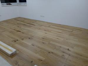 17.8.2016 - Začiatok ukladania drevennej 3 vrstvovej podlahy. Celoplošné lepená PU lepidlom Den Braven. Dub prírodný odtien, olejo vosk OSMO