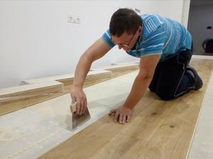 5.10.2016 - Začali sme ukaldať podlahu v kuchyni. Budúci štvrtok prídu montovať kuchyňu tak aby bola nachystaná podlaha.