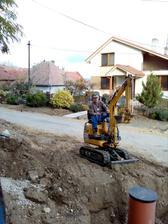 29-30.10.2016 - Pripojenie sa na kanalizáciu. Požičal som bágrik 50€/deň. Dalo sa s ním aj pekne zahŕňať. Taká hračka pre chlapov, všetci chlapi v rodine sa s ním zahrali, nikto neodmietal pracovať :-)