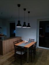 """28.11.2016 - Konečne som osadil svetlá z Ikei nad kuchynský stôl. Stôl je zatial dočastný požičaný, zháňame """"ten pravý"""""""