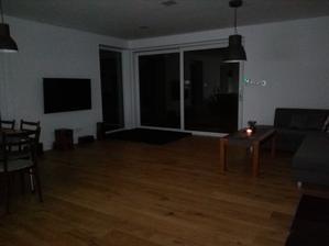 Pohľad na obývačku. TV už je zavesený (Predčastný vianočný darček). V rohu je synova žinenka na ktorej sa rád váľa. Už len kúpiť nejakú skrinku pod TV