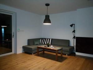 """Obývačka, taktiež dočastný stolík, čakáme na """"ten pravý"""""""