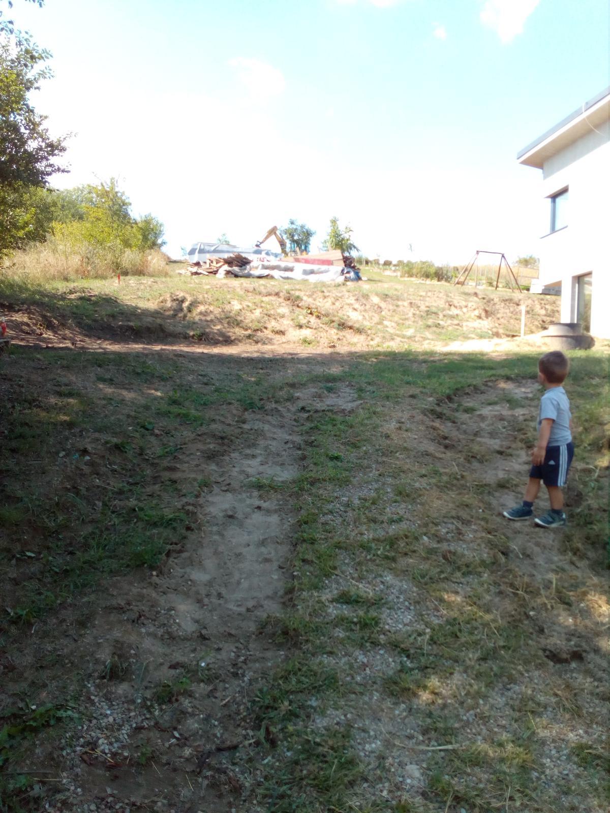 Okolie domu, záhrada - 8.2017 - Báger robí úpravy terénu - posledný pohľad pred úpravou