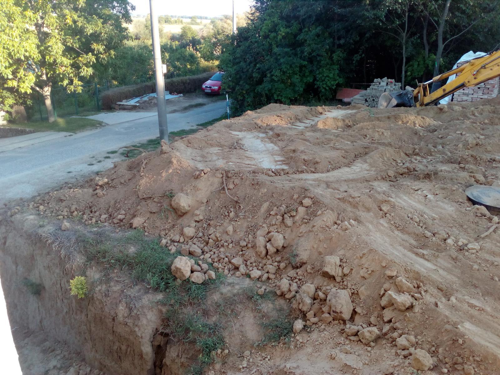 Okolie domu, záhrada - 8.2017 - Báger robí úpravy terénu