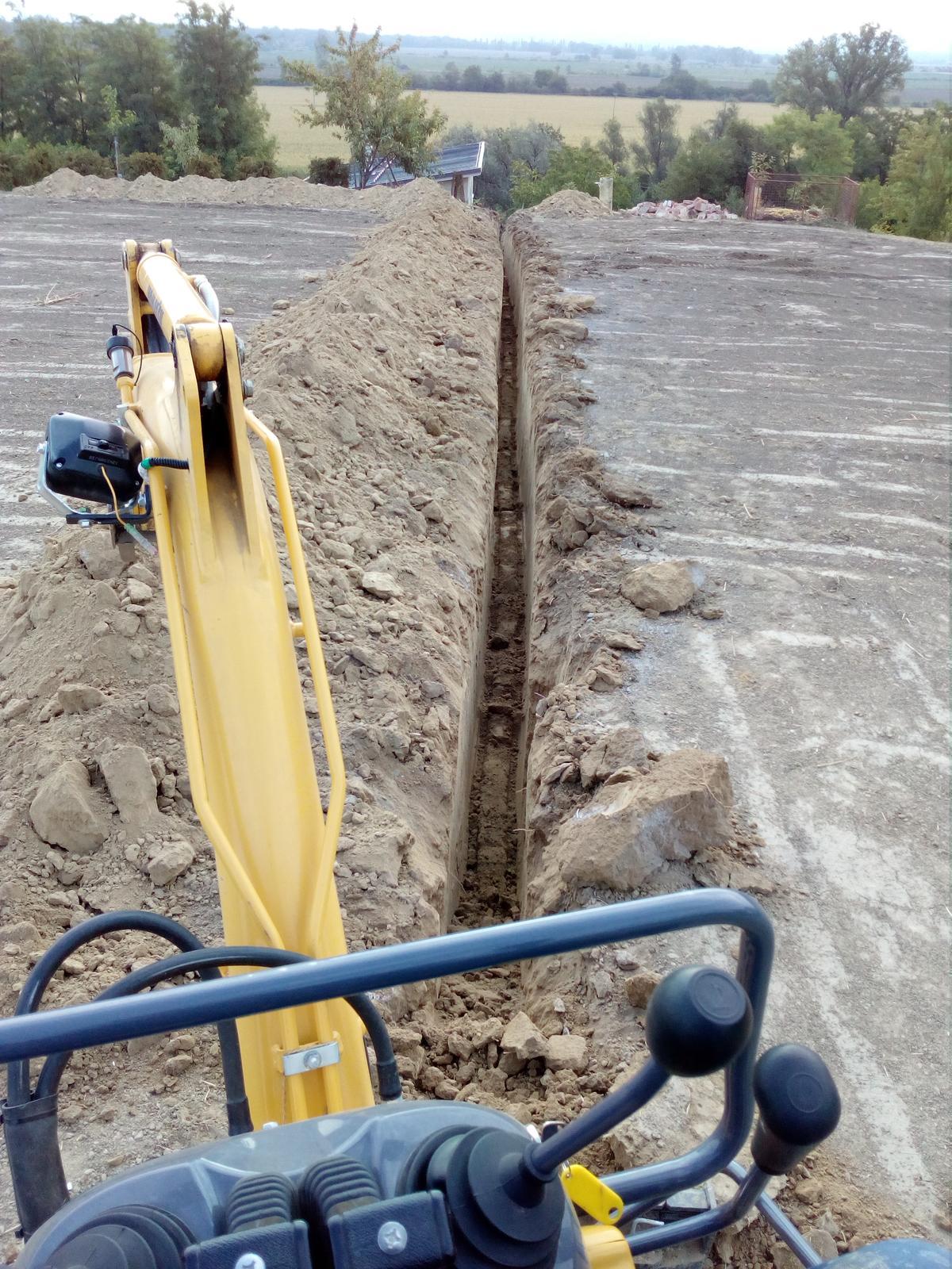 Okolie domu, záhrada - 9.2017 - Rozvody vody a elektriny v záhrade. Bez bagrika by to nešlo. Spolu 125 metrov výkopov.
