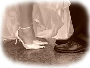 ...naše svadobné botičky ... detailík ...
