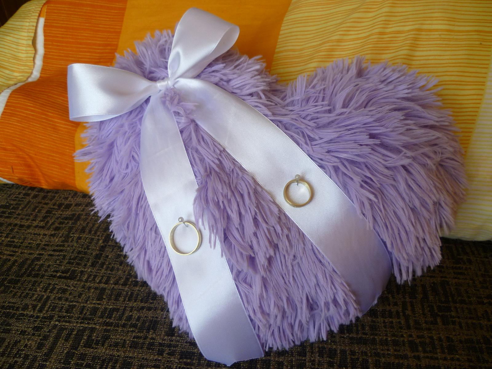 Aj my sa musíme pripraviť na náš veľký deň - NAŠE PRÍPRAVY :-) - Náš svadobný vankúšik :-) Nám, teda hlavne mne, sa tak páčil, že sme ho hneď kúpili. :-)
