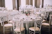 Šedé a ivory obrusy na okrúhle stoly a hlavný stôl,