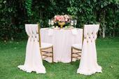 Ivory obrusy na okrúhle stoly a hlavný dlhý stôl,