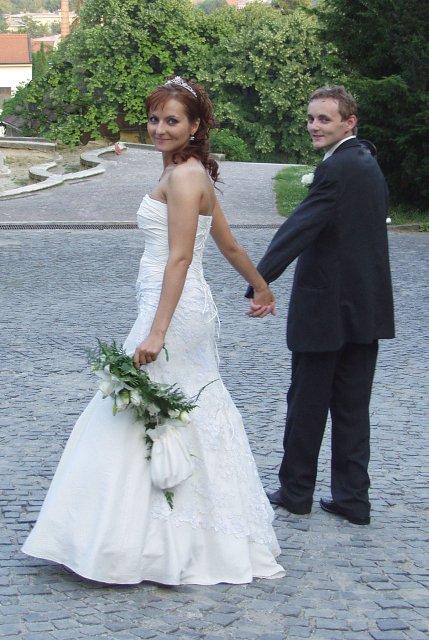 Jana{{_AND_}}Andrzej - Nevesta a zenich kuk..Prave sme skoncili hodinove fotenie na hrade a ide sa do atelieru..