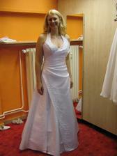 Zkouška šatů - tyhle se líbily mamce. Dělaly pěkný výstřih...
