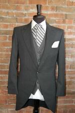 v našom prípade - vesta pásiky a kravata jednofarebná.
