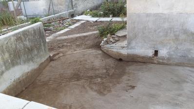 po vycisteni / stara stavba už vtedy dobre vyspadovana s odtokom do kanala