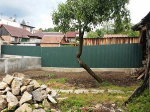 nový plot namieste starého chlievu