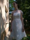 Bílé šaty s krajkou,