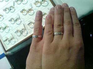naše prstýnečky (ženich má sice větší tlapky, ale neva zkoušel na malíčk)