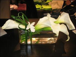 květinová výzdoba na svatební tabuli