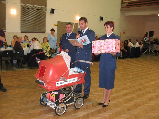 Zuzanka Kadlečíková{{_AND_}}Martinko Mocko - ...a prišli hasiči...s darom