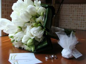Tieto zatisia sme si pofotili az na druhy den. Tulipany v kyticke zatial stihli vyrast...