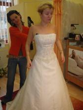 Tieto šaty som skúšala v salóne ako prvé. Snehovo biele mi nepristali takže som si vybrala prírodne biele.