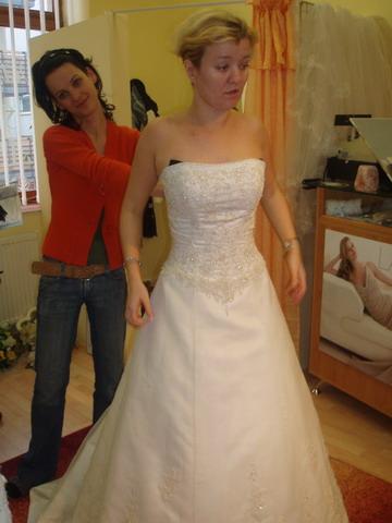 Petra a Marek - Tieto šaty som skúšala v salóne ako prvé. Snehovo biele mi nepristali takže som si vybrala prírodne biele.