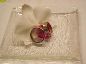 nakonec jsem vymyslela tento - jednoduchý a jemný - bude ladit s květinou v mých vlasech a kytkou