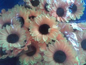 a z těchto slunečnic budu dělat dekorace na stoly