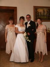 mladý pár a moje sestry-skvelé družičky