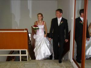 pred vstupom do sobášnej siene