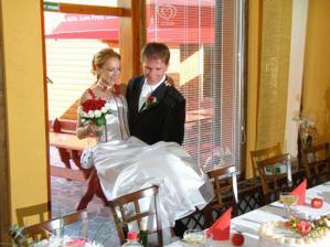 až k svadobnému stolu