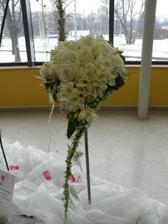 Místo kalů asi nakonec zvolím bílé růže s fréziema