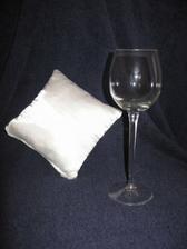 A tady je ukázka, jak je vínovka vysoká! Polštářek má rozměry 20x20cm!