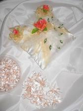 Látka na ozdobu auta ženicha, klopičky a polštářek pod prstýnky! (uvažuji, že změním růže na čistě lososové. Tyhle jsou do růžova! :-(