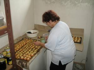 Šikovná teta peče ty nejskvělejší koláčky! ;-)