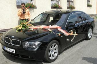 A tady detail výzdoby auta a bráška, který nám celý den dokumentoval!