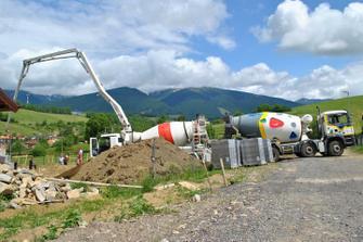 Prvý betón na stavbe, zalievanie základových pásov