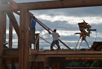 Jedna mašinka, kopec dreva a ľudská práca...