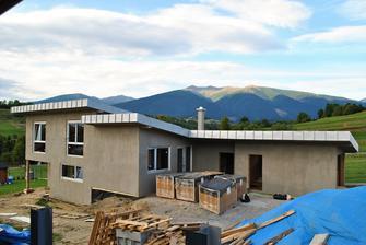 strecha je už kompletná štíty osadené