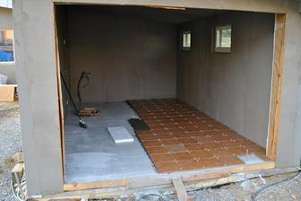 Podlaha v kotolni a garáži zabetónovaná, tak začíname s dlažbou...
