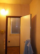 a toto c 2 :) je to spajza s tmavou komorou, od zaciatku sme vedeli, ze chceme tento typ bytiku kvoli dalsej miestnosti, kde budem sit :) , priecku by sme chceli dat prec na presvetlenie