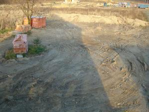 trocha poupratovana zemina na pozemku
