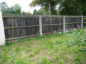 Tady ty 3 plotové díly...to je celá šířka naší parcely ...cca 11m