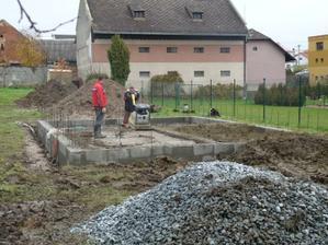 10.11.2010 kanalizační prostupy ;elektro aj.+podsyp pod desku
