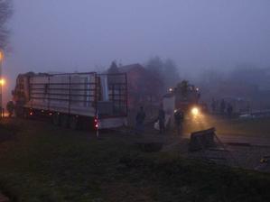 jeřáb se ustavuje a kamion už čeká