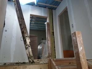pohled na podestu ze schodiště